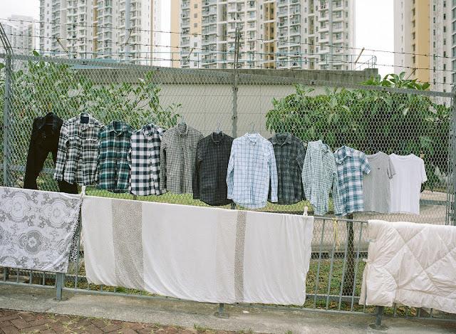 Phơi quần áo nơi công cộng là một việc không được cho phép tại Hồng Kông, nhưng pháp luật cũng không cấm đoán vì trên thực tế đây là một việc cần thiết trong cuộc sống. Thế là với một chút khéo léo, người dân Hương Cảng đã khám phá và tận dụng những tiềm năng xung quanh mình nhằm đánh bay mùi ẩm mốc sau khi giặt của quần áo.