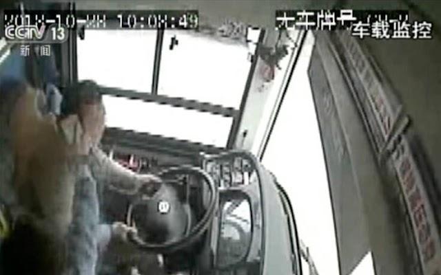 Επίτηδες έριξε το λεωφορείο στη λίμνη ο οδηγός στην Κίνα – Τραγικός θάνατος για 21 μαθητές