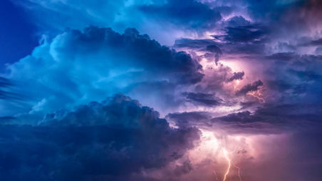 Kuvassa kesään liittyvää taivasta ukkosen alla