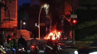 """Petang Menjelang, Massa """"Tak Dikenal"""" Bakar-bakar di Bawah Jalan Layang Arah Tanah Abang"""