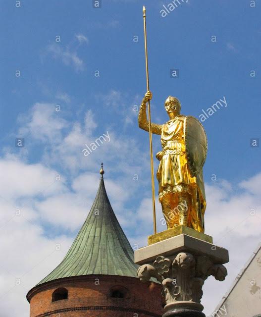 13 июня 2005 года. Рига. Пороховая башня и Золотой рыцарь на своем историческом месте, на площади Бастея (между бывшими Яковлевскими казармами и Бастионной горкой)..