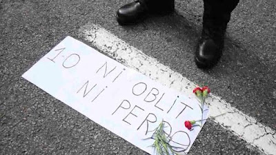 Cartel en el suelo con el texto 1 de octubre Ni oblit ni perdó (Ni olvido ni perdón) durante la manifestación del 3 de octubre contra la violencia policial del 1 de octubre