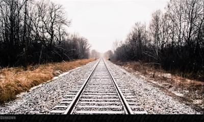 خط سكة حديد يمتد على مدى النظر