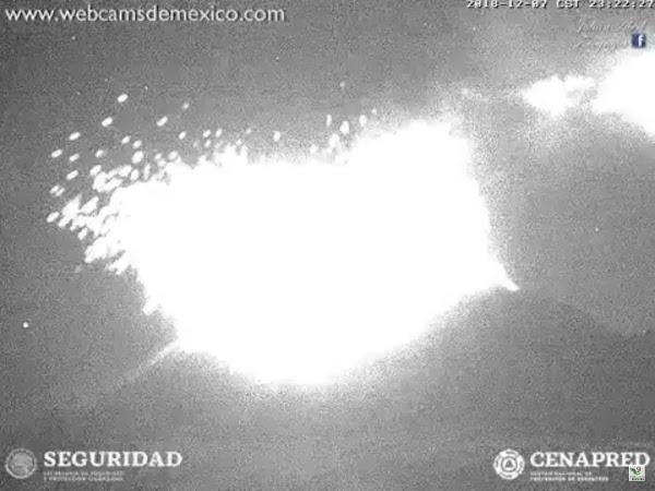 FOTOS: en menos de 40 minutos se registraron 2 explosiones en el volcan popocateptl.