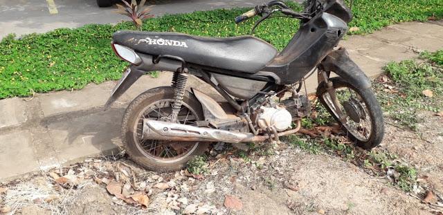 Polícia Militar encontra moto abandonada em Trizidela do Vale.