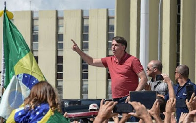 Bolsonaro discursa em frente QG do Exército