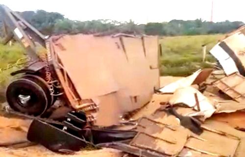 Carreta tomba na Estrada da Penal após motorista perder controle da direção - VÍDEO