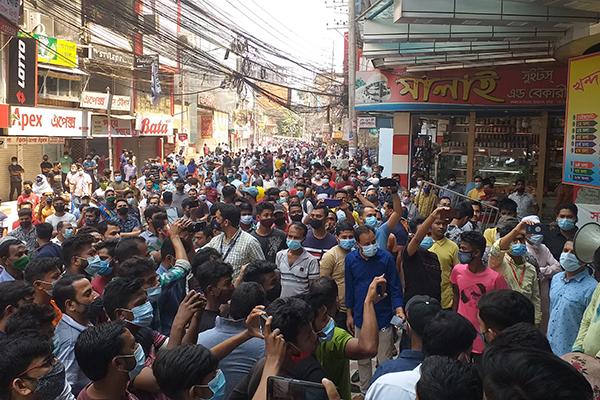 কুমিল্লায় কান্দিরপাড়-চকবাজার সড়ক অবেরোধ করে বিক্ষোভ ব্যবসায়ীদের