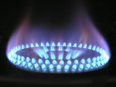 ガスコンロで燃えるガスの炎