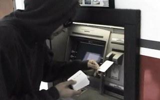 Waspadalah sindikat spesialis pembobol mesin ATM selalu mempunyai modus terbaru untuk menguras uang, seperti aksi pelaku yang terekam kamera pengawas CCTV di salah satu Bank di Jalan Grand Hotel Lembang Bandung Jawa Barat ini