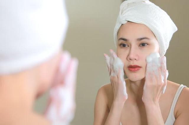 12 Cara Mencuci Wajah Menurut Dokter Kulit