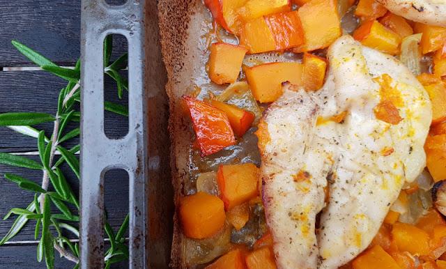 Hähnchenbrust mit Kürbis, Zwiebeln und Feta aus dem Backofen. Die einfache Zubereitung im Ofen & die Doppel-Nutzung des Hokkaido auf Küstenkidsunterwegs!