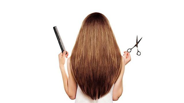 Chica cortandose el cabello en seco