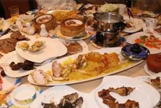 Khi ăn quán đừng ngại mang những đồ ăn thừa sẽ lãng phí
