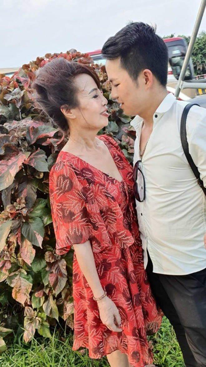 Cô dâu Thu Sao và chồng trẻ hạnh phúc bên nhau.