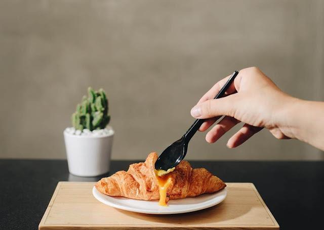 Có một thời gian bánh sừng trâu trứng muối rộ lên như một hiện tượng. Hình thức món bánh này không có gì quá khác biệt so với bánh sừng trâu thông thường. Vậy điều gì đã làm nên sức hấp dẫn của những chiếc sừng trâu trứng muối này?