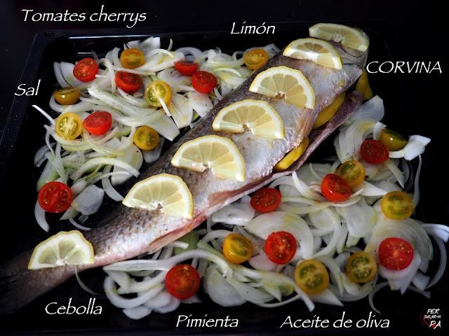 Corvina al horno con limón y guarnición de tomates cherrys y cebolla.