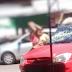 Mulher surta ao descobrir traição e arrebenta carro a pauladas em Manaus