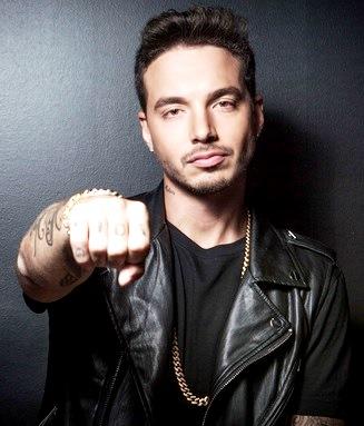 Foto de J Balvin mostrando su tatuaje