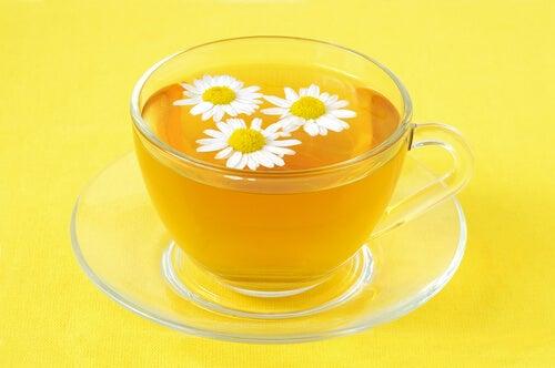 Trà hoa cúc có tác dụng giúp ngủ ngon