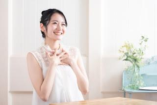 アルパカグッズを使って幸せ温活を始めた笑顔が美しい女性