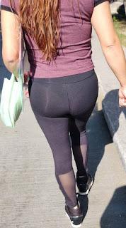 Linda mujer leggins entallados tanga marcada