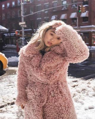 Outfit con saco peludo