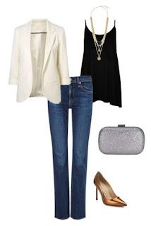 Calças de ganga escuras e direitas, top preto fluído, blazer branco clássico, pumps dourados, colar comprido dourado e clutch prateada