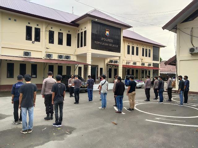 TNI - Polri Siaga Untuk Pengamanan Gereja, Polres Kepulauan Selayar Terjunkan  88 Personil
