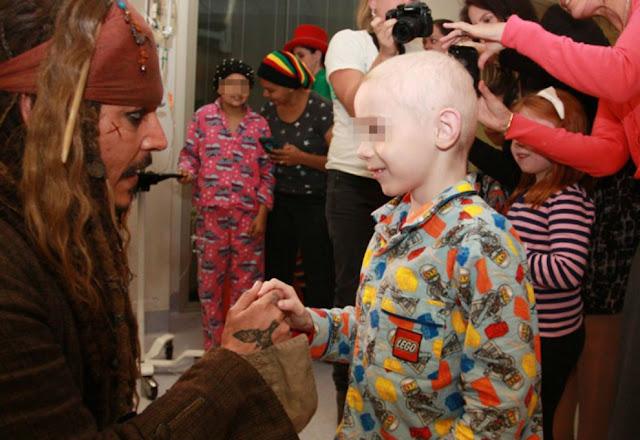 Johnny Depp visitó a jóvenes en hospital vestido como Jack Sparrow Johnny-Depp-4