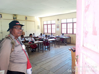 Binmas Noken Semangati Ujian Sekolah Adik-Adik SD Inpres Yokatapa dan SD YPPK Bilorai Sugapa