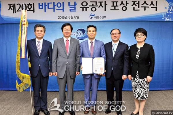 Pasteur général Kim Joo-cheol tenant la citation présidentielle de Corée du Sud