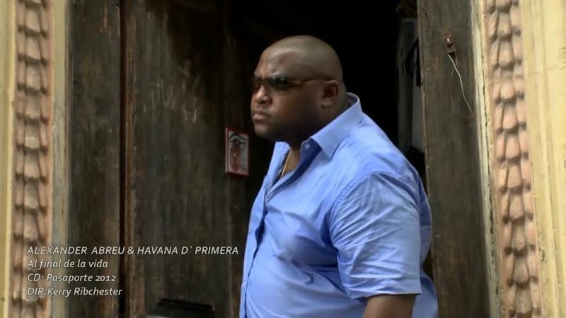 Alexander Abreu y Havana D´Primera - ¨Al final de la vida¨ - Videoclip - Dirección: Kerry Ribchester. Portal Del Vídeo Clip Cubano