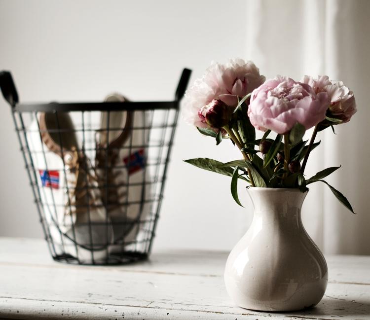 gefüllte Päonien in einer shabby-weißen Vase, einer schwarzer Drahtkorb und weiße Turnschuhe { by it's me! }
