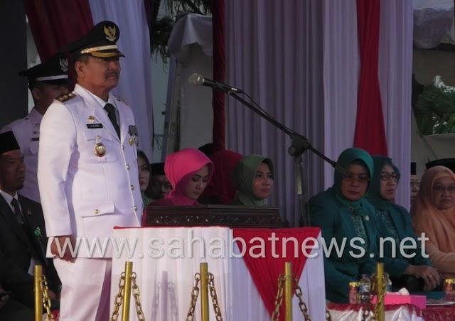 HUT RI 74, Wakil Bupati Pinrang Pimpin Upacara Penurunan Bendera