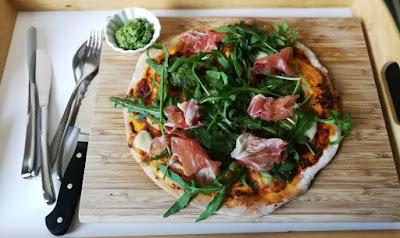 Tiefkühlpizza selbstgemacht (mit Variationen) - Pizza mit Rucola-Pesto, Rucola und Prosciutto
