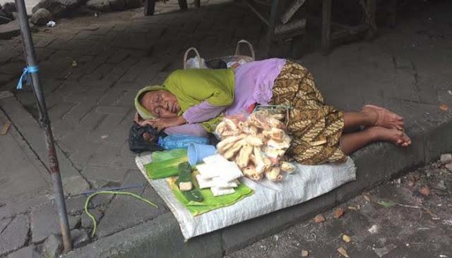 Nenek Penjual Tempe Dan Kerupuk Ini Terus Menunggu Pembelinya Hingga Tertidur