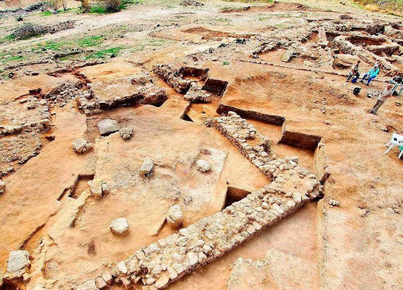 Tall el-Hammam, só os alicerces de pedra não foram calcinados