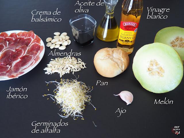 Refrescante ajoblanco de melón, acompañado de brocheta de melón con jamón y ensalada de germinados.