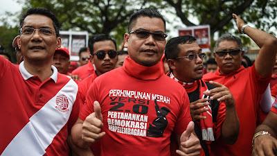 El líder de las Camisas Rojas, Yamal Yunos (c.), dirige la concentración de protesta en la capital, Kuala Lumpur, 5 de noviembre de 2016.