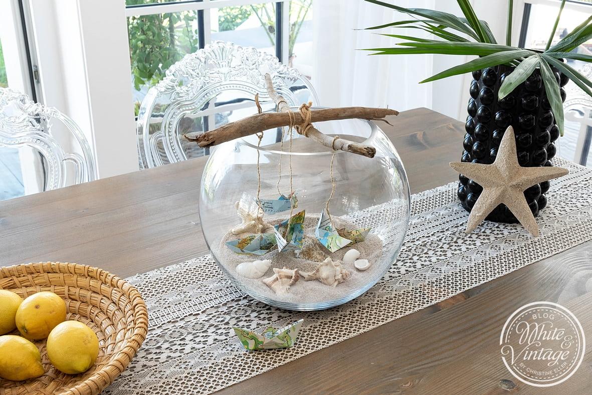 Kugelvase dekorieren mit Muscheln, Sand und Schiffchen