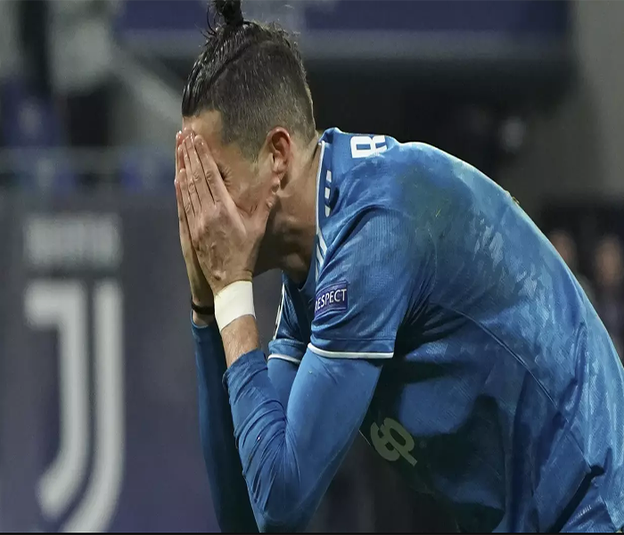 Striker Juventus, Cristiano Ronaldo menutup mukanya usai ditaklukkan Lyon pada laga Liga Champions di stadion Parc Olympique Lyonnais, Lyon menang 1-0 atas Juventus.