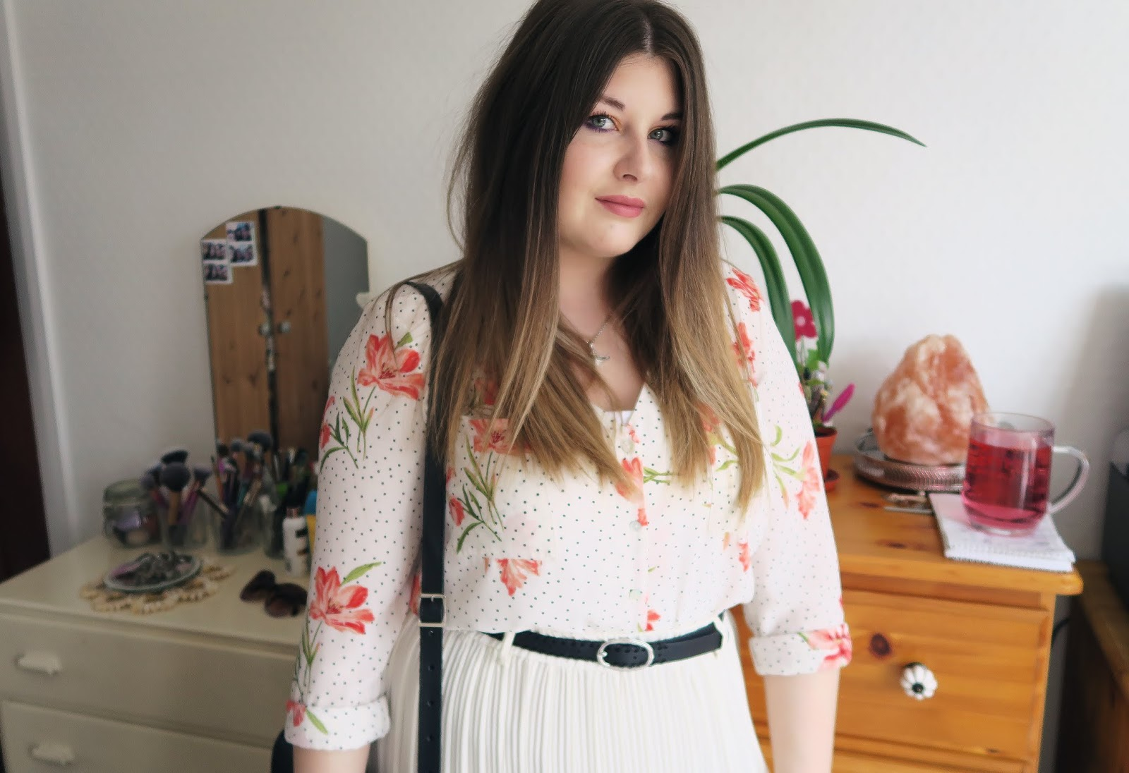 Outfit photo wearing a white pleated vintages skirt and a white floral blouse