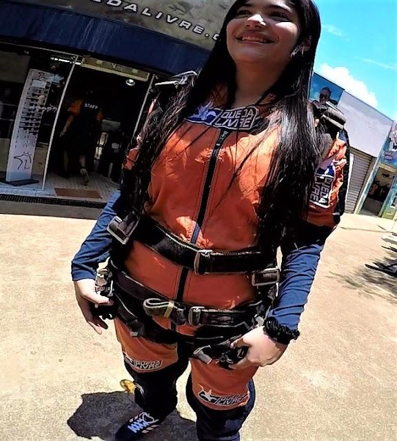 adolescente com equipamento e macacao de  paraquedismo