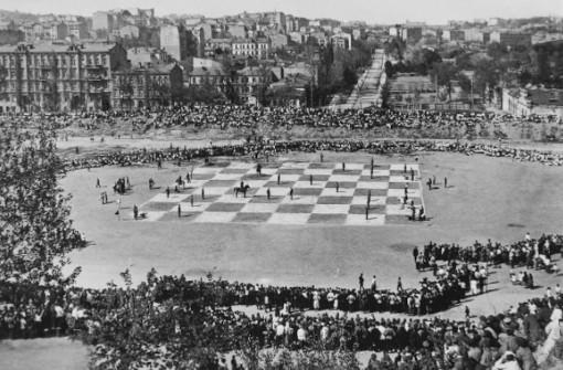 En 1924, un haut lieu du centre historique de Leningrad (actuel Saint-Pétersbourg) s'est transformé en un énorme échiquier, rassemblant des milliers de curieux désireux d'observer cette performance hors du commun - Photo © Alexandre Bulla