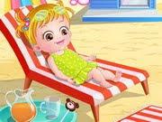 بيبي هازل في شاطئ البحر تستمتع