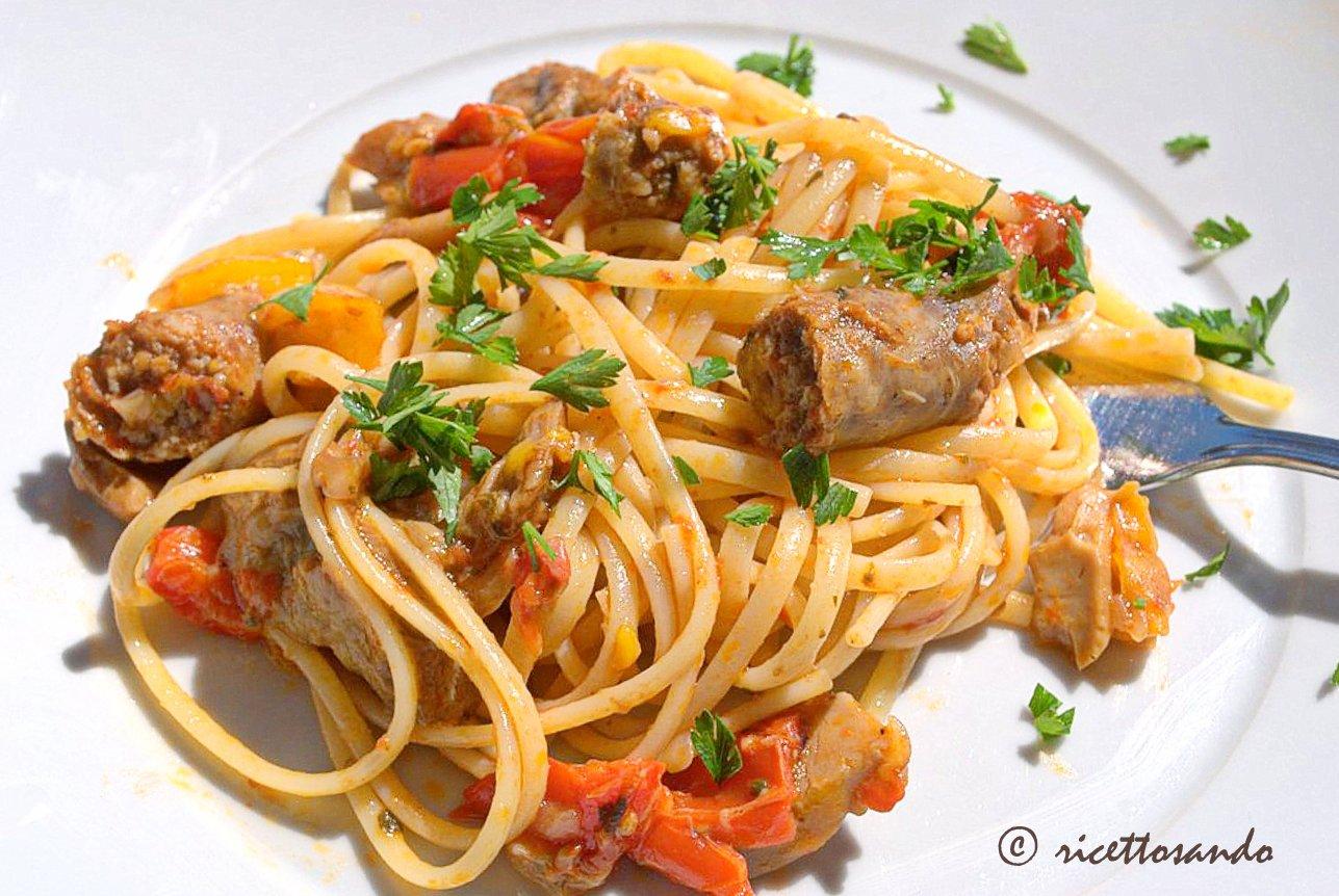 Pasta con peperoni salsiccia e funghi ricetta primi piatti e gustoso piatto unico