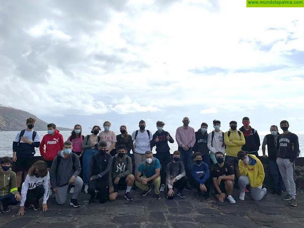 Alumnos del IES Luis Cobiella limpian el litoral de Santa Cruz de La Palma por el Día de Los Océanos con el apoyo del Ayuntamiento