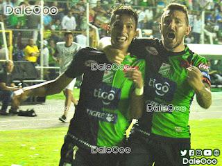 Ronaldo Sánchez y Marcel Román jugadores de Oriente Petrolero celebran un gol en un Clásico Cruceño - DaleOoo