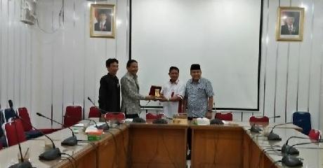 Saling Tukar Cinderamata Antara Pimpinan DPRD Padangpanjang dan Pimpimanan DPRD Kota Padang.